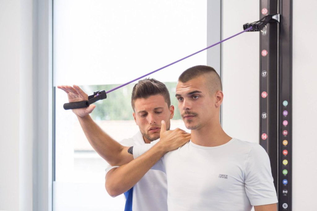 Un membro del team guida un esercizio di fisioterapia